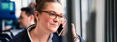 Eine Frau telefoniert in der Straßenbahn