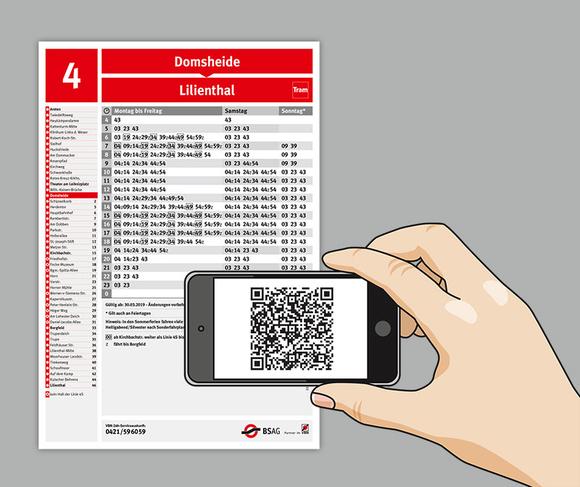 Handy scannt QR-Code auf Fahrplan