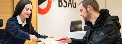 BSAG Mitarbeiterin erklärt einem Mann ein Formular