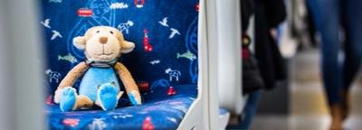 Kuscheltier sitzt in der Straßenbahn